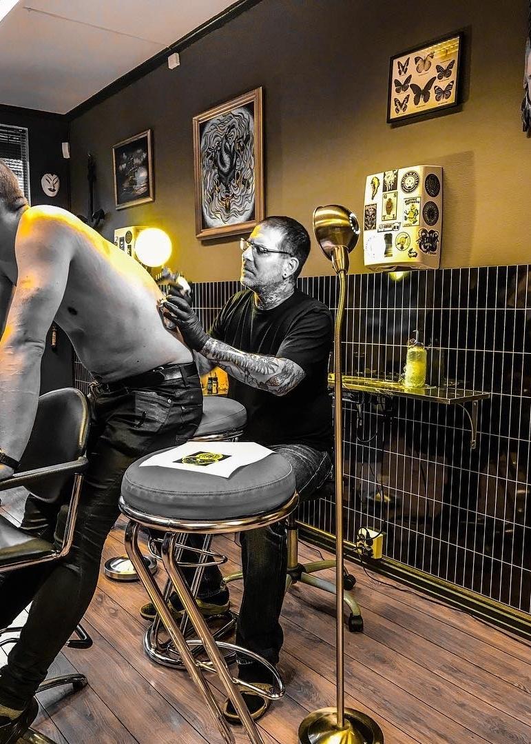 Elton - Har drevet profesjonelt siden 1995 og er grunnlegger av Flaming Hearts Tattoo. Elton og har jobbet mye i både Amerika og Europa. Han er annerkjent som tattoo artist, og har vunnet priser gjentatte ganger i Norge.