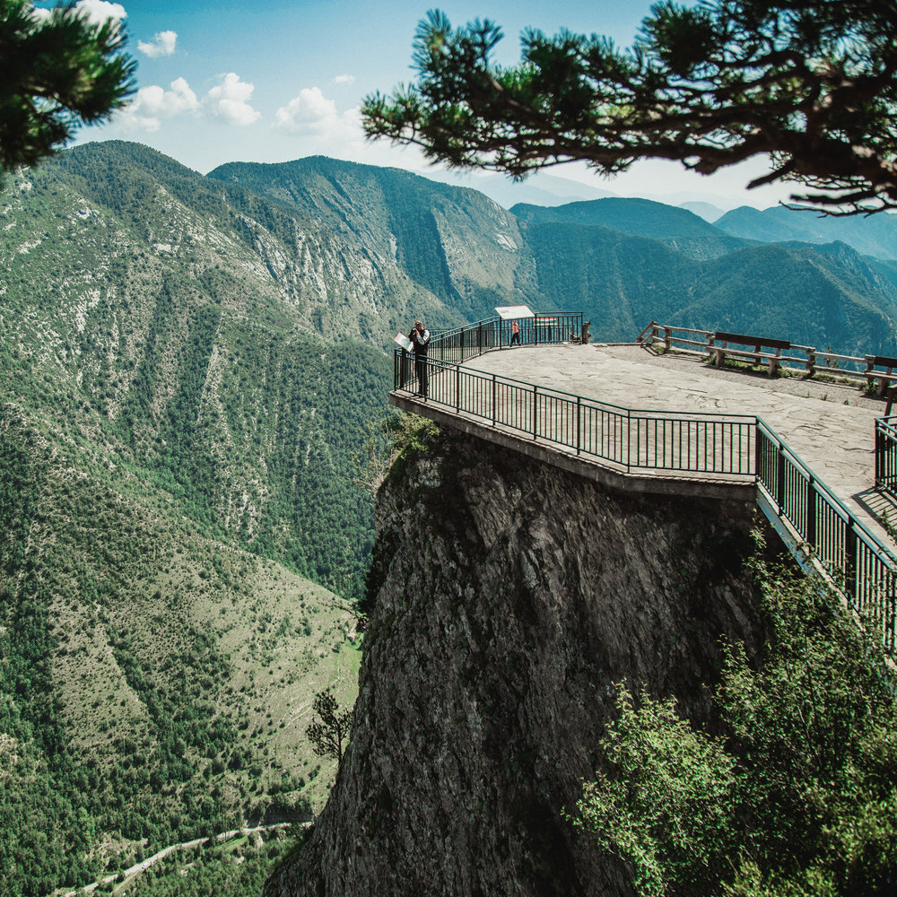 Gresolet  Impresionante mirador con vistas panorámicas del Pedraforca, la sierra de Ensija y la parte oriental del Cadí. El mirador está adaptado para personas con movilidad reducida.