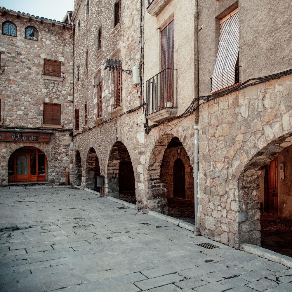 Bagà  Bagà se distingue par sa place à arcades, connue pour être le point de départ du Salomon Ultra Pirineu. Il est également possible d'y visiter le Centre d'interprétation du Parc naturel du Cadí Moixeró ou le Museu dels Càtars (musée des Cathares), et d'assister à la célèbre Fia Faia au mois de décembre.