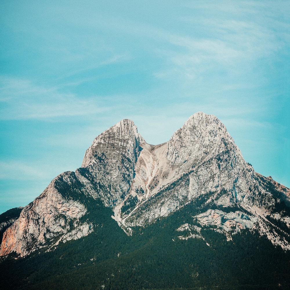 El macizo del Pedraforca  El Pedraforca es una de las montañas más icónicas de los Pirineos de Cataluña. La mayoría de las salidas para ascenderlo se inician en el refugio Lluís Estasen