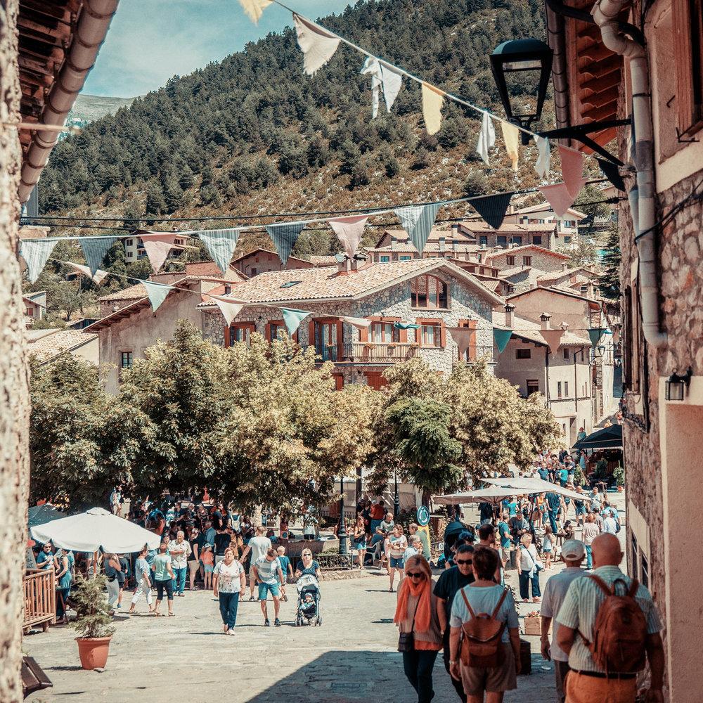 Gósol  Gósol est la seule commune du Berguedà située dans la province de Lleida. Entourée de montagnes et à l'ombre du Pedraforca, Gósol conserve encore des vestiges de l'ancien château du XIe siècle, par où passe le chemin des Bons Homes.