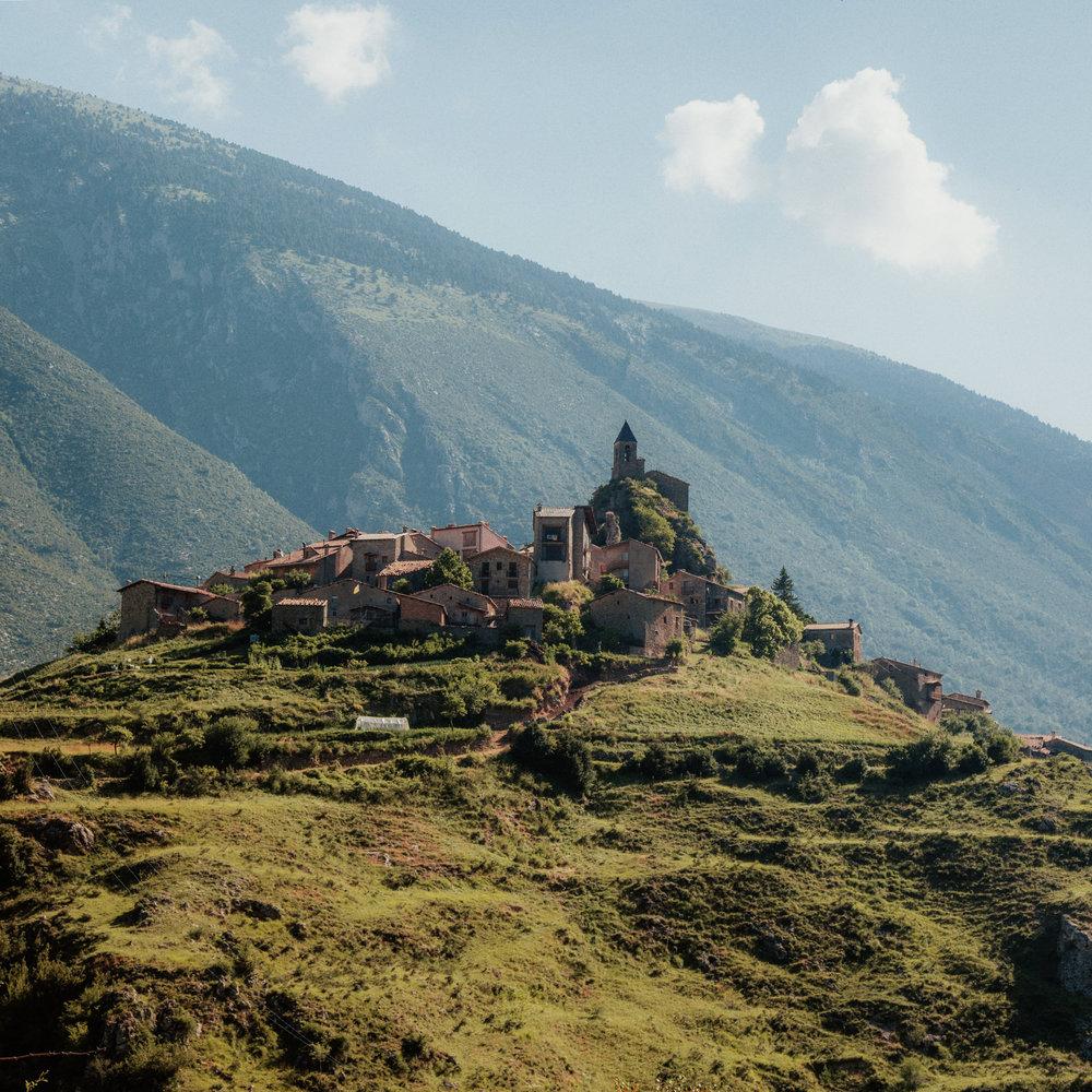 Josa de Cadí  Situé au sommet d'une colline, le village de Josa est un petit bijou à l'abri des grands axes. L'église Santa Maria mértie le détour et le village est un bon point de départ pour aller explorer les endroits les plus sauvages du Parc naturel du Cadí Moixeró.