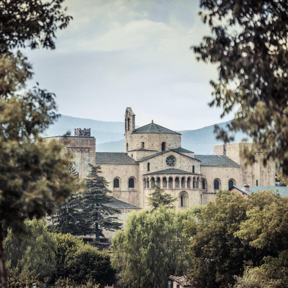 La cathédrale Santa Maria d'Urgell  La cathédrale romane Santa Maria (XIIe siècle) est la seule de ce style à avoir été conservée en Catalogne. L'ensemble cathédral abrite le musée diocésain où est exposée l'une des plus belles copies du célèbre Beatus de Liébana et Beatus d'Urgell.