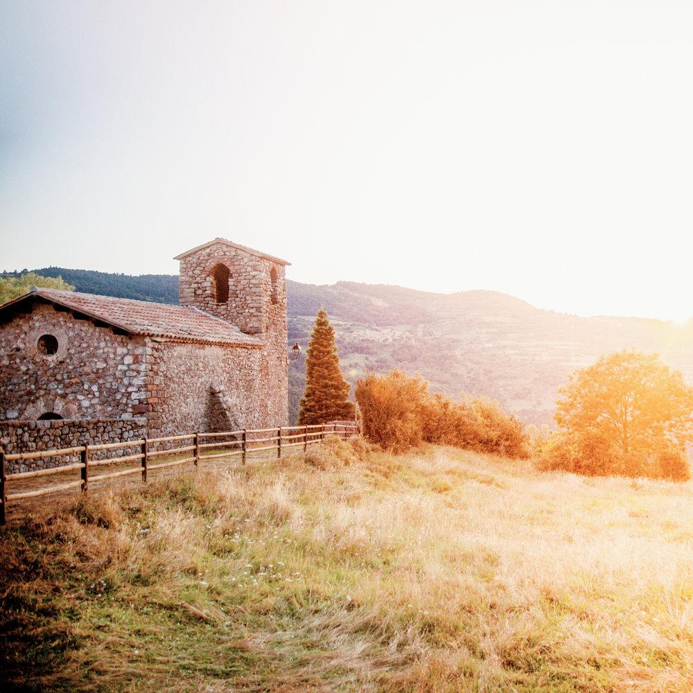 Cava  La vue sur la face nord du Cadí y est spectaculaire. Au départ de Cava ou du village voisin d'Ansovell, il est possible de rejoindre le sanctuaire de Boscalt qui abrite un ermitage ainsi qu'un buis centenaire.