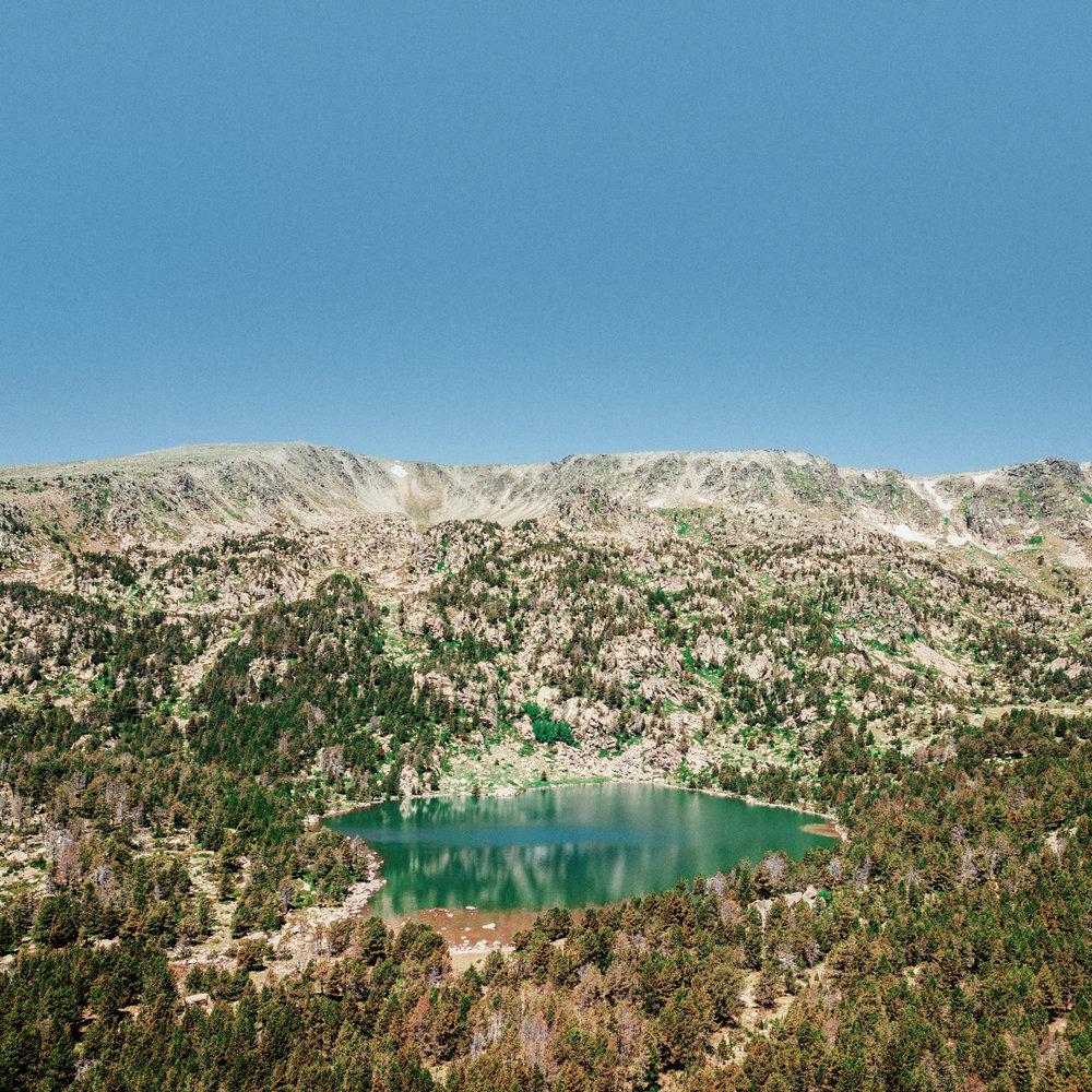 Lac de Malniu  Lac naturel d'origine glaciaire situé à 2 250 m. Sa situation à proximité d'un refuge et d'une piste forestière en font l'un des lacs les plus fréquentés des Pyrénées orientales et le point de départ d'ascensions de grands sommets de la région.