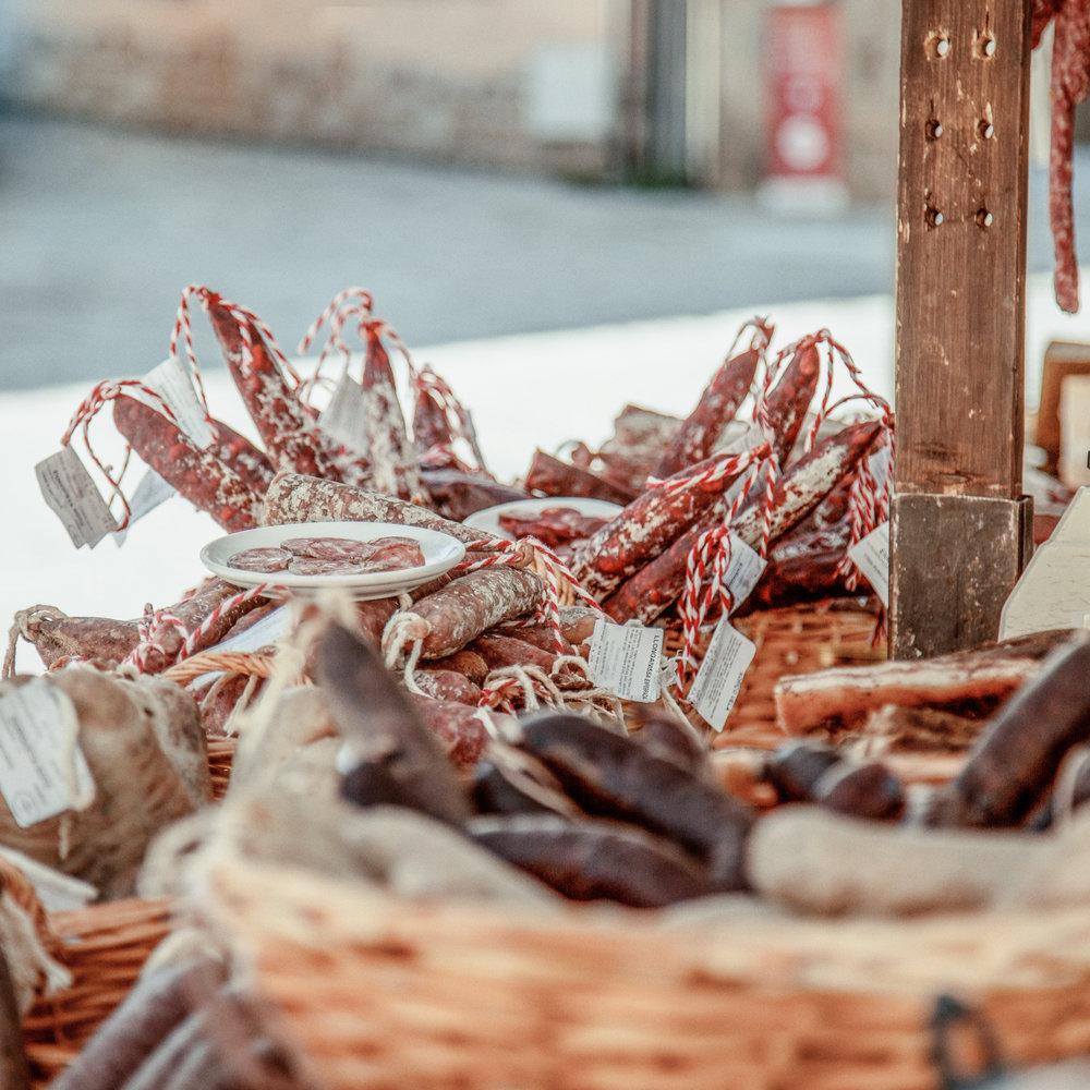 Mercado de la Seu d'Urgell  El centro histórico de la Seu d'Urgell acoge los martes y los sábados el mercado semanal con casi 70 paradas en las que destacan los productos de la huerta y de proximidad.