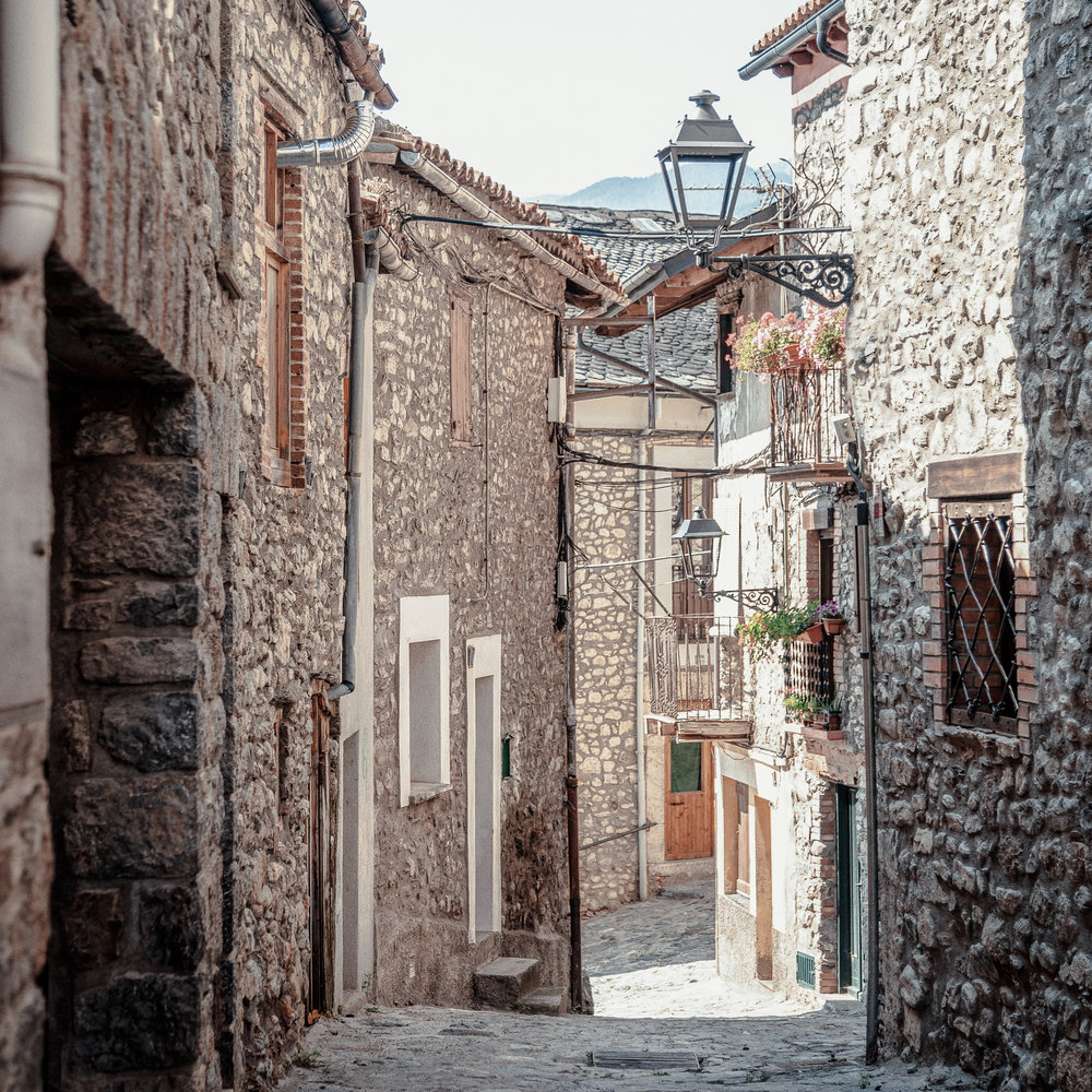 Bellver de Cerdanya  Bellver conserva parte de la muralla de la época en que fue un castillo. En su casco antiguo, lleno de callejuelas estrechas y sinuosas, podremos encontrar restos de este pasado medieval.