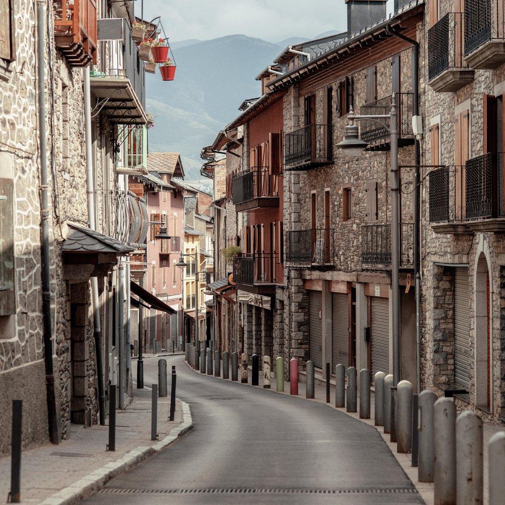 Llívia  Llívia té la particularitat d'estar envoltat per França pels quatre costats com a conseqüència de diferents tractats històrics. Avui, Llívia és reconegut per la seva història amb el museu de la Farmàcia, l'esglèsia de la Mare de Déu dels Àngels o les restes del castell de Llívia