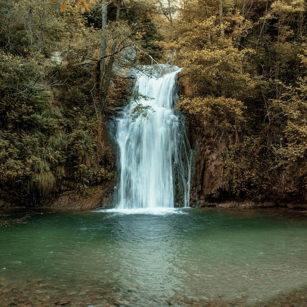 La poza de la Malatosca  Cerca de Sant Joan de les Abadesses, en el molino de Malatosca, encontramos esta poza donde refrescarse en verano. Es un lugar que, además de por sus leyendas mágicas, se caracteriza por su importancia natural y paisajística.