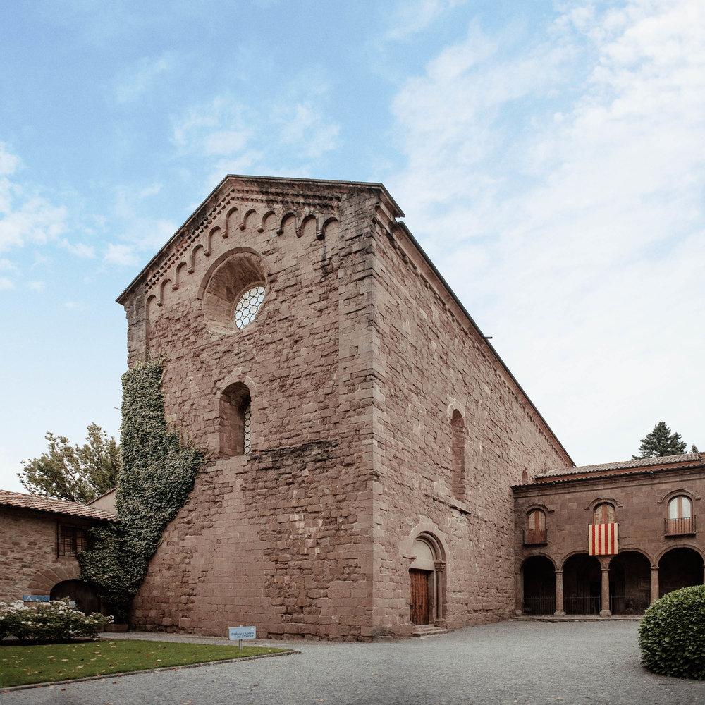 St Joan de les Abadesses: El Monestir  Fundat l'any 885 per Guifré el Pilós va esdevenir durant gairebé 100 anys en l'únic monestir femení a Catalunya. Considerat en el seu moment com un dels més pròspers de la Catalunya central, avui en dia s'hi poden veure peces úniques tant del romànic com del gòtic.