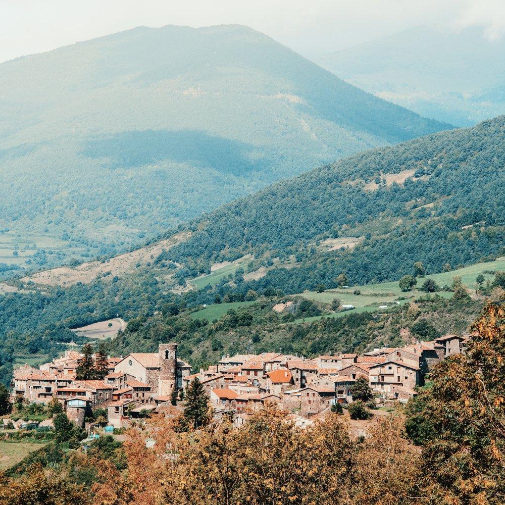 Pardines  Punto de partida de la ruta. Esta villa se erige como un buen mirador natural del Parque Natural de las Capçaleres del Ter i del Freser, ofreciendo también una buena perspectiva de la Vall de Ribes.