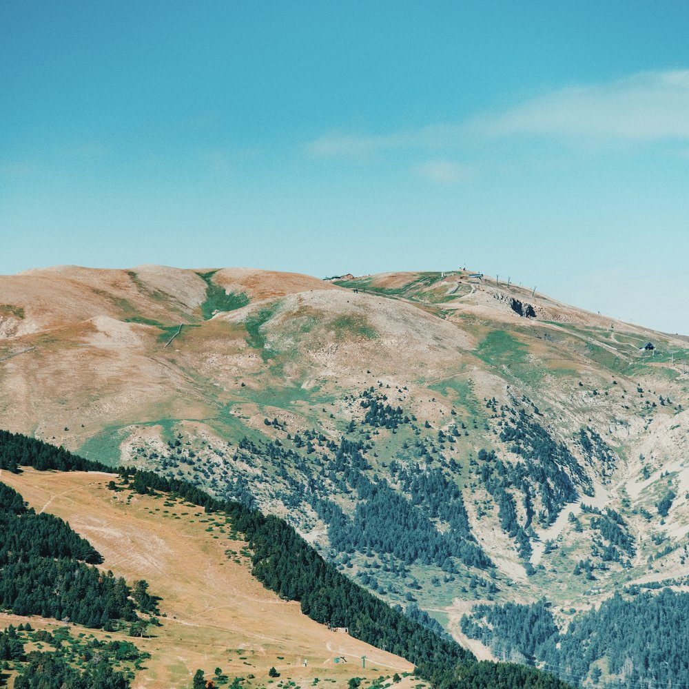 La Tossa d'Alp  Una de las montañas más características de la Cerdanya. En las laderas de la Tossa se encuentran las estaciones de esquí de la Molina y la Masella. En la cima, de 2.500 m, se encuentra el refugio del Niu de l'Águila.