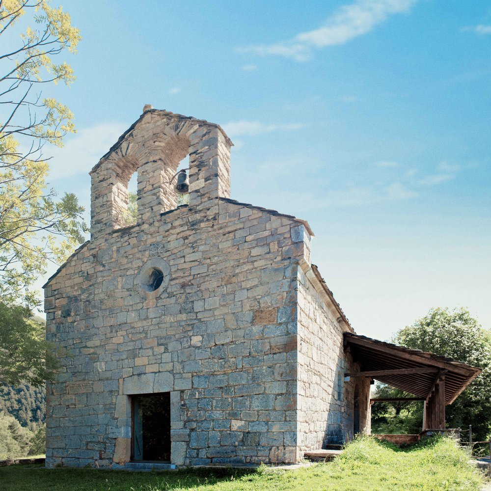Santa Magdalena de Puigsac  Cette petite église de style roman, construite au XIIe siècle, est l'endroit idéal pour admirer la Serra Cavallera et replonger dans cette époque lointaine où elle fut l'un des principaux lieux de culte pour les habitants de la région.