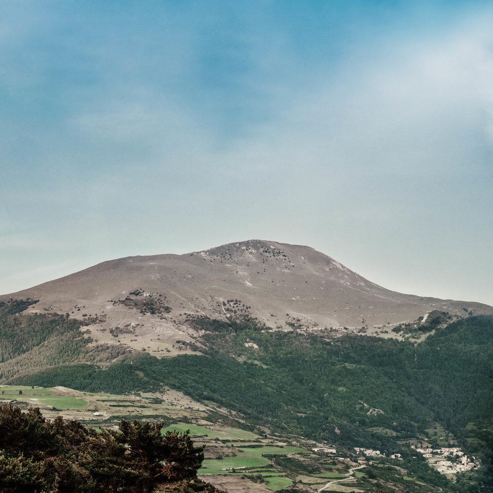 Le Taga  Le Taga, qui culmine à 2 040 m, est l'une des montages les plus fréquentées et accessibles du Ripollès. Idéale pour s'initier à la randonnée, elle est accessible depuis plusieurs points dont Pardines et le Coll de Jou.