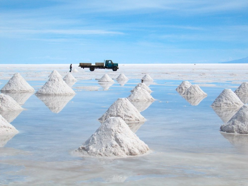 Salt mining at Bolivia's Salar de Uyuni, the world's largest salt flat. It contains more lithium carbonate reserves than anywhere else in the world (image: Jo VH/ Flickr )