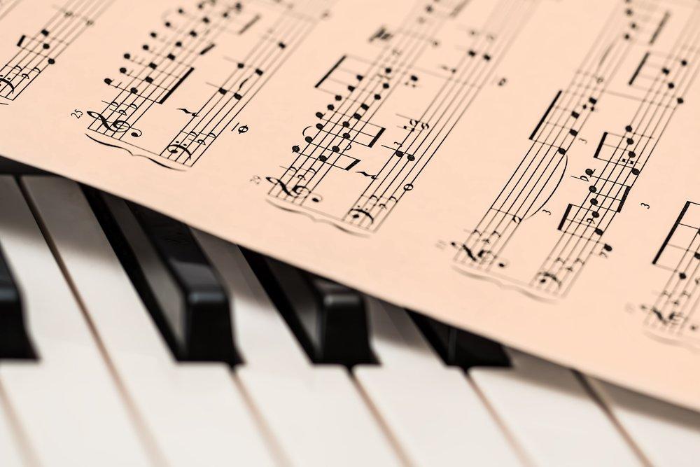 Teoria Musical - O curso de Teoria Musical pretende abordar uma série de conceitos importantes para uma maior compreensão de como funciona a música, contribuindo para o desenvolvimento do lado artístico e técnico do aluno, seja na hora de tocar, criar ou produzir sua música. Tópicos e exercícios de treinamento auditivo e escrita de partituras serão trabalhados.