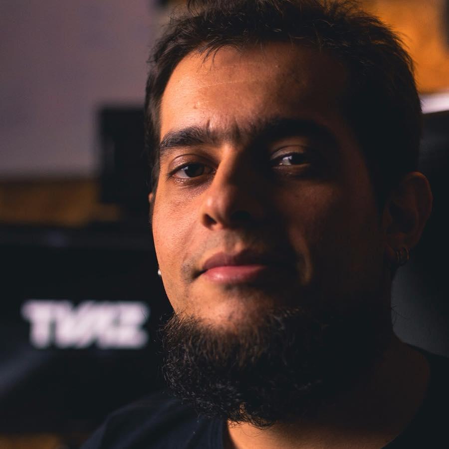 T Vaz   é diretor do   TVAZ Studio  , músico compositor e produtor musical há mais de uma década. Professor do curso de Jogos digitais da UNEB (disciplina Game Audio), Bacharel e Mestre em Composição Musical na UFBA, trabalha com produção de áudio para Games, Cinema e Animação, tendo ministrado cursos e palestras em instituições como  SENAC ,  UFBA ,  UNEB ,  IBM, Big Festival, Instituto Politécnico de Bragança (Portugal), Hochschule für Musik und Theater (Alemanha)  e premiado   trabalhos em eventos como  SB Games, Gamepolitan, Brasil Game Show  e Internacionais como o  Festival de Cannes.