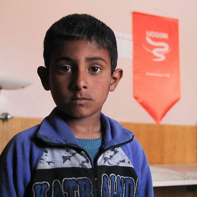 Saad vit dans une région dans le sud d'#Alep où les conditions sont difficiles : peu d'accès à l'eau potable, difficultés pour faire cuire les aliments. Eaux et nourritures souillées apportent leur lot de malheur et de maladies dont une extrêmement dangereuse : la typhoïde, qui a touché le jeune Saad. ➡️http://bit.ly/2H343tF