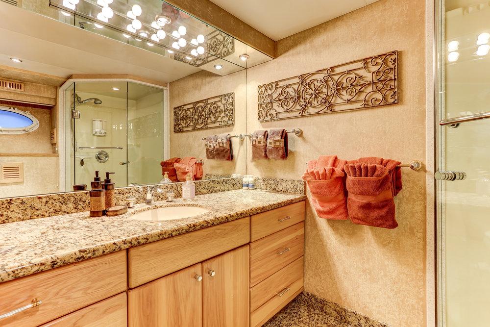 40 Sunrise suite bath.jpg