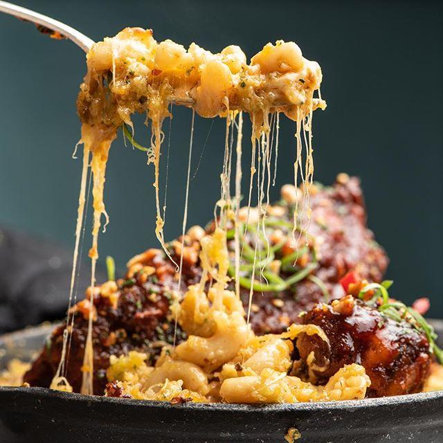 Buttermilk Pork Fried Rib - peanut, chive, spicy skillet mac n cheese @wonhophoto #angelinocuisine #makanivenice #gobigorgohome #weekendishere #eaterla #venicebeach