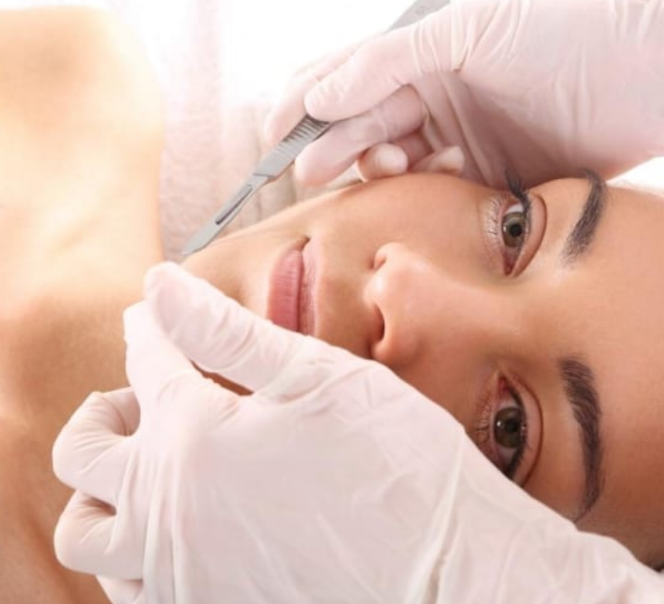 DERMAPLANING - Dermaplaning (epidermal levelling) is a simple & safe procedure for exfoliating the epidermis & removing fine vellus hair (peach fuzz) on the face.Using a scalpel & a delicate touch, we abrade the surface of the skin using light feathering strokes. Excess vellus hair on the skin can cause a buildup of dirt & oils in the follicles. Removing the hair enables brighter, more youthful looking skin.