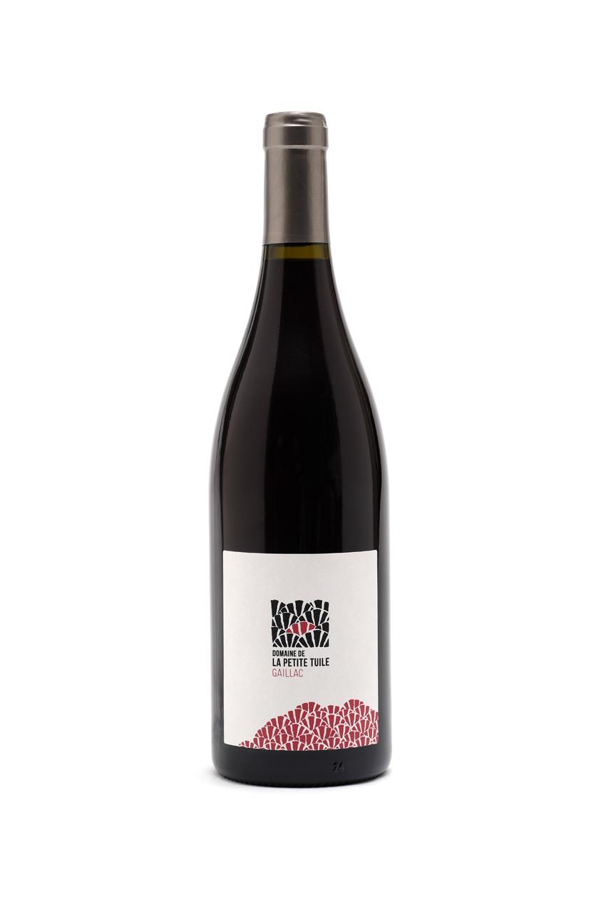 Petite Tuile rougeAOP gaillac - Assemblage d'une majorité de Braucol avec une touche de Syrah. Ce vin est élevé six mois en cuve dans le souci de préserver la fraîcheur des arômes du fruit. Fin, rond et facile à boire, il se caractérise par des parfums de cassis et de violette, relevés par une finale épicée.