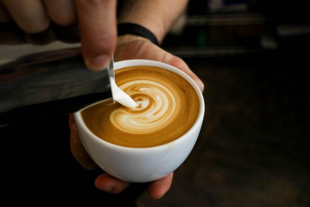 Café Capuchino - Preparar la taza de café con leche, el café negro muy largo (caliente). En una jarra calentar leche, introduciendo el pivote de vapor de la máquina de café en la jarra, procurando que haga mucha espuma; luego con una cucharilla coger ésta y extender sobre el café, quedando cubierto con ella. Espolvorear un poco de canela.