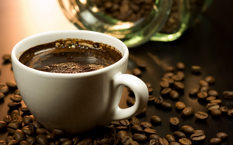 Café Turco - (Para cuatro personas)Una taza y media de agua. Cuatro cucharadas muy colmadas de café en polvo. Cuatro terrones de azúcar.Preparación:Hierva el agua con el azúcar, vierta sobre ésta el café en polvo. Póngalo tres veces a punto de ebullición, quitando la espuma que se forma en la superficie. Retírelo y añada unas gotas de agua fría. Sírvalo en tacitas pequeñas (en las cuales habremos puesto un poco de espuma), dejándolo reposar cinco minutos antes de tomarlo.
