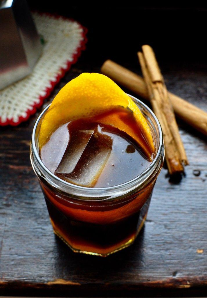 Café Curaçao - Ingredientes para 4 personas: 4 copitas de curaçao y una naranja mediana.Preparar un café largo y endulzar con azúcar. Partir la naranja en rodajas. Escoger las 4 más regulares y colocar una en cada taza. Verter el curaçao y el café muy caliente.