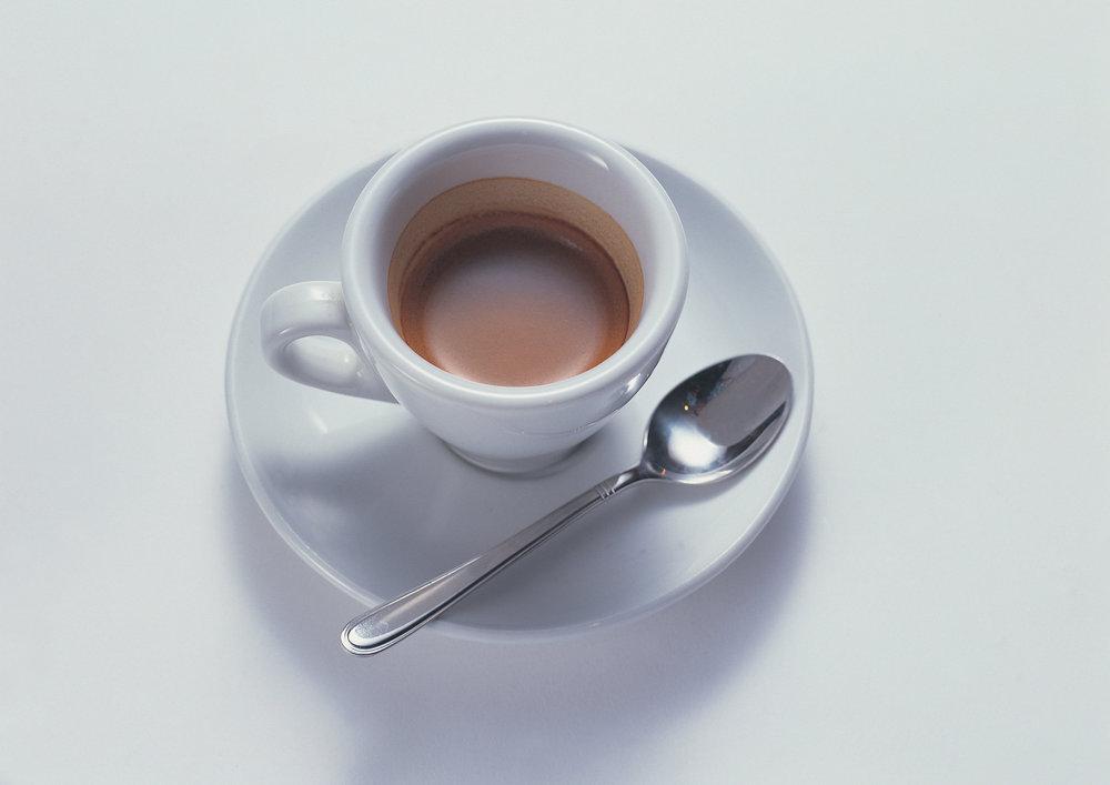 """Café Italiano - Servir en taza de moka (pequeña, denominada de """"café sólo"""").Es un café totalmente concentrado; se suele poner la mitad de la taza, es decir, la esencia del café. Es típicamente italiano. También se le conoce en Francia con el nombre de """"Demi-tasse""""."""