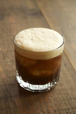 Carajillo - Preparar en copa o vaso de cristal: Una copa de brandy muy caliente, un terrón o cucharada de azúcar y un café negro concentrado; mezclar bien y servir.El carajillo también se puede preparar sustituyendo el brandy por anís seco.