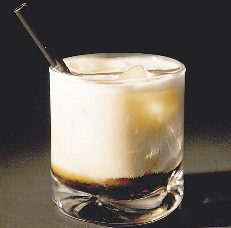 Café Ruso - Preparar en vaso o copa de agua: En un café un poco largo caliente, añadir una bola de helado de vainilla.Se puede agregar, si se desea, un poco de sirope de caramelo.