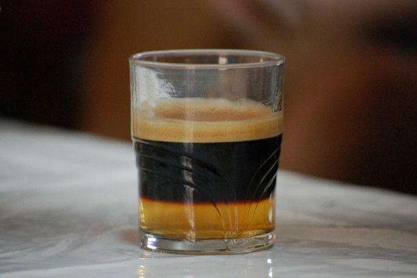 Café Antillano - Preparar un café exprés corto. En caliente, poner una pizca de canela, añadir el ron de caña y endulzar a voluntad.