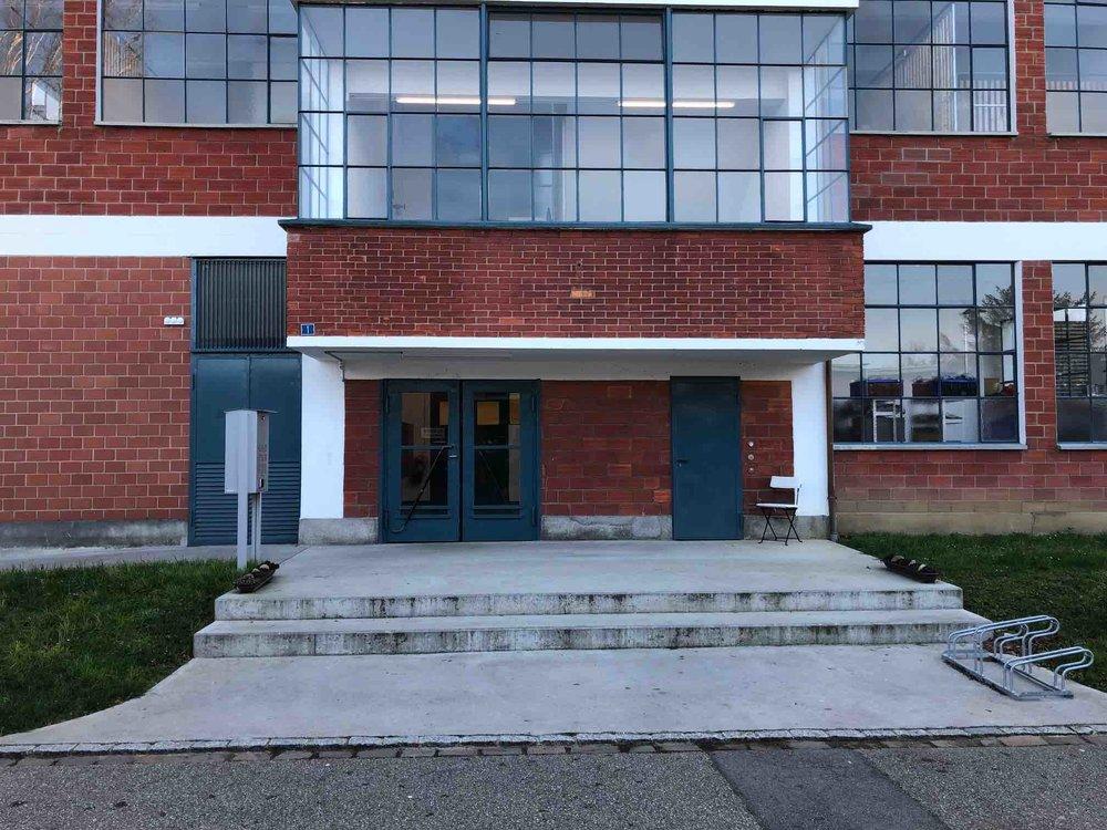 Eingang in das Gebäude | Batapark 1, Möhlin: Klingel: Integral Wellbeing