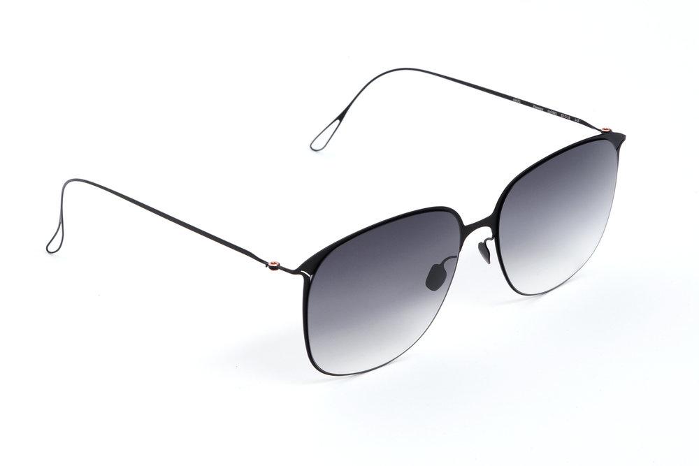haffmans_neumeister_flannery_black_grey_gradient_ultralight_sunglasses_angle_102405.jpg