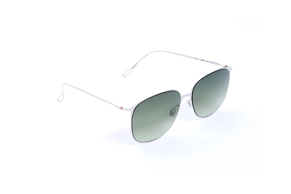 haffmans_neumeister_flannery_silver_amazon_gradient_ultralight_sunglasses_angle_102402.jpg