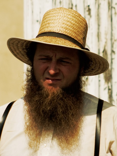 Amish_Man_in_straw_hat,_suspenders,_and_shenandoah_beard.jpg