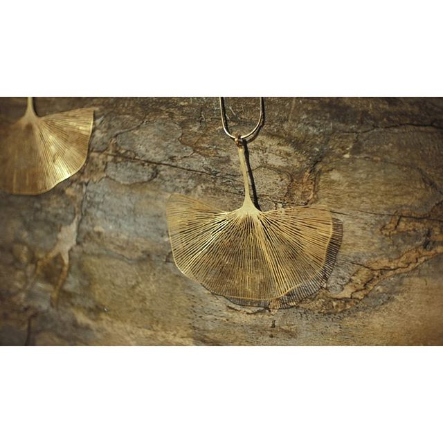 One of my favorite shots from our video by @grzegorzhospod 📽 comin soon! . . . . #gingko #necklace #pun #punjewellery #video #punvideo #crafts #sun  #summer