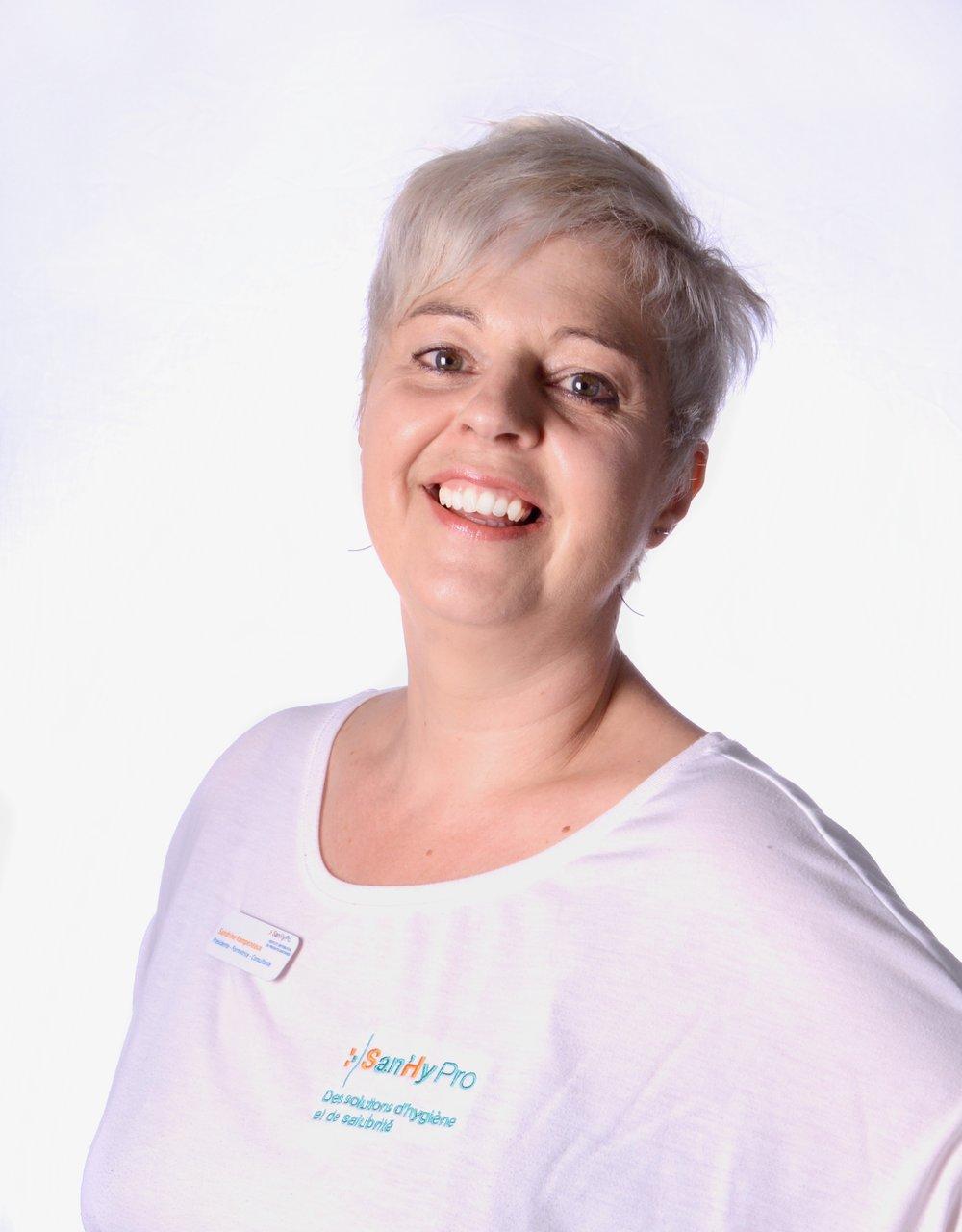 Notre formatrice - Arrivée de Bretagne en 1996, Sandrine Rampeneaux débarque en Gaspésie avec un diplôme en pharmacie et… toute la vie devant elle! En 2004, elle obtient un AEC en Contrôle de la qualité de l'École des pêches et de l'aquaculture du Québec.Grâce à de nombreuses activités de perfectionnement et àdes formations de pointe dans le domaine de la santé des consommateurs et des travailleurs, son expertise estde plus en plus reconnue et recherchée.Pour cette visionnaire qui adore entreprendre et passer àl'action, la suite va de soi. Avant-gardiste, elle crée en 2006 San'hy consulte, un service de consultation et de formation en contrôle de la qualité et sécurité alimentaire. En devançant la règlementation du MAPAQ, qui ne rendra la formation en hygiène et salubrité alimentaire obligatoire que quelques années plus tard, elle fait figure de pionnière dans l'Est-du-Québec et se positionne avantageusement dans l'industrie.En 2010, une deuxième division, San'hy Pro, voit le jour, autour d'un créneau complémentaire, la distribution d'équipements et de produits de nettoyage. Avec l'ajout, en 2016, de services de main-d'oeuvre spécialisée pour le nettoyage et le contrôlequalité, l'offre intégrée de San'hy Pro et San'hy consulte estcomplète et unique au Québec.Aujourd'hui à la tête d'une entreprise en pleine expansioncomptant une vingtaine d'employés, avec des clients partoutau Québec et au Nouveau-Brunswick, Sandrine vient d'agrandir son bâtiment de Port-Daniel-Gascons et travaille à l'obtentiondu processus ISO 9001.