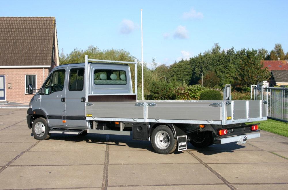 Bedrijfswagen met dubbele cabine en open laadbak.jpg