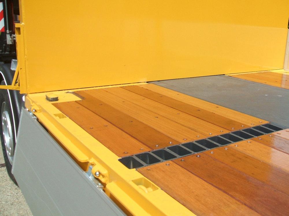 Detail van een laadvloer met wegklapbare zijkant, bevestigingspunten in de vloer.jpg
