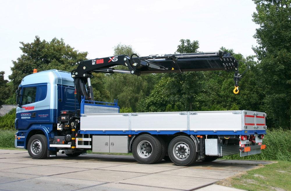 Van der Werff logistics open laadbak met laad en loskraan.jpg