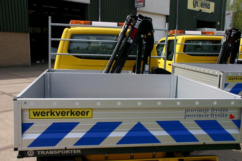 Provincie Fryslan bedrijfswagen met open laadbak en laad en loskraan.jpg