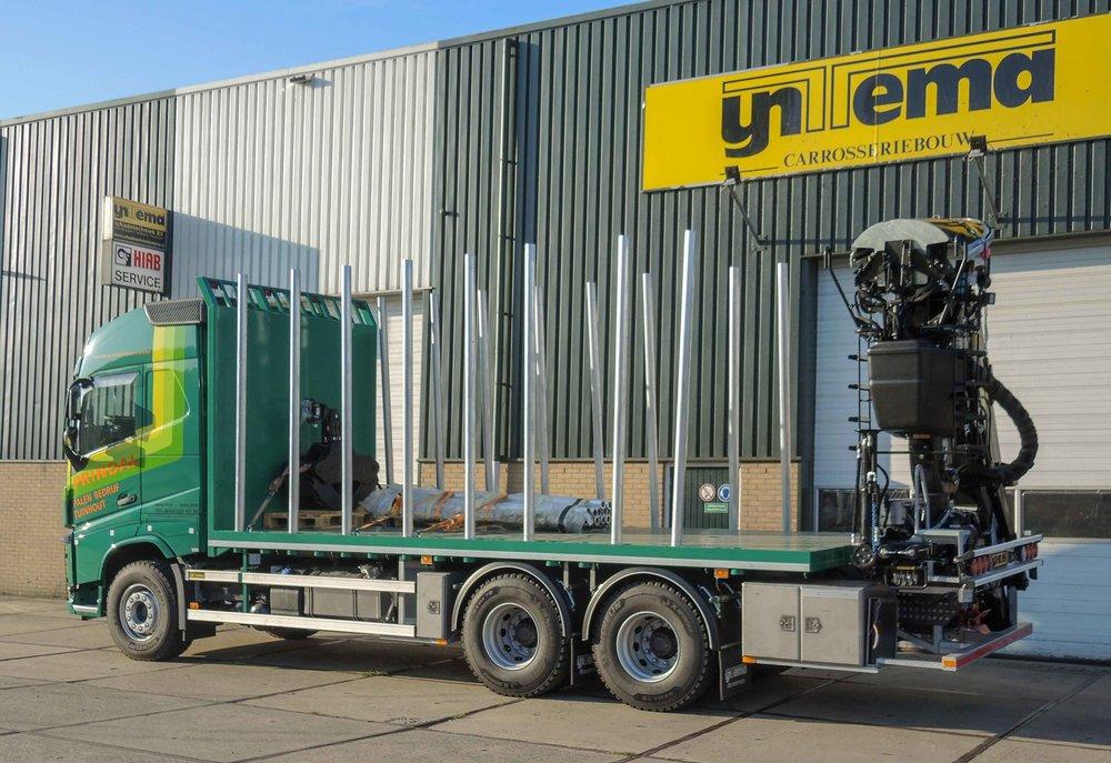 Open laadbak met HIAB loglift F140ZT95 laad- en loskraan - aanzicht zijkant