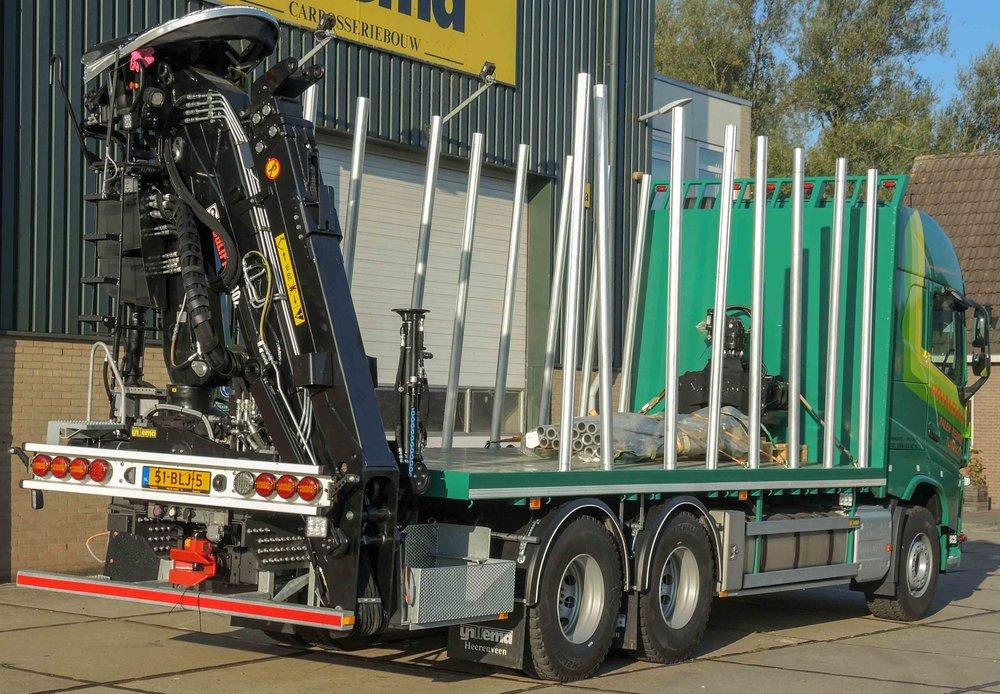 Open laadbak met HIAB loglift F140ZT95 laad- en loskraan - aanzicht achterzijde