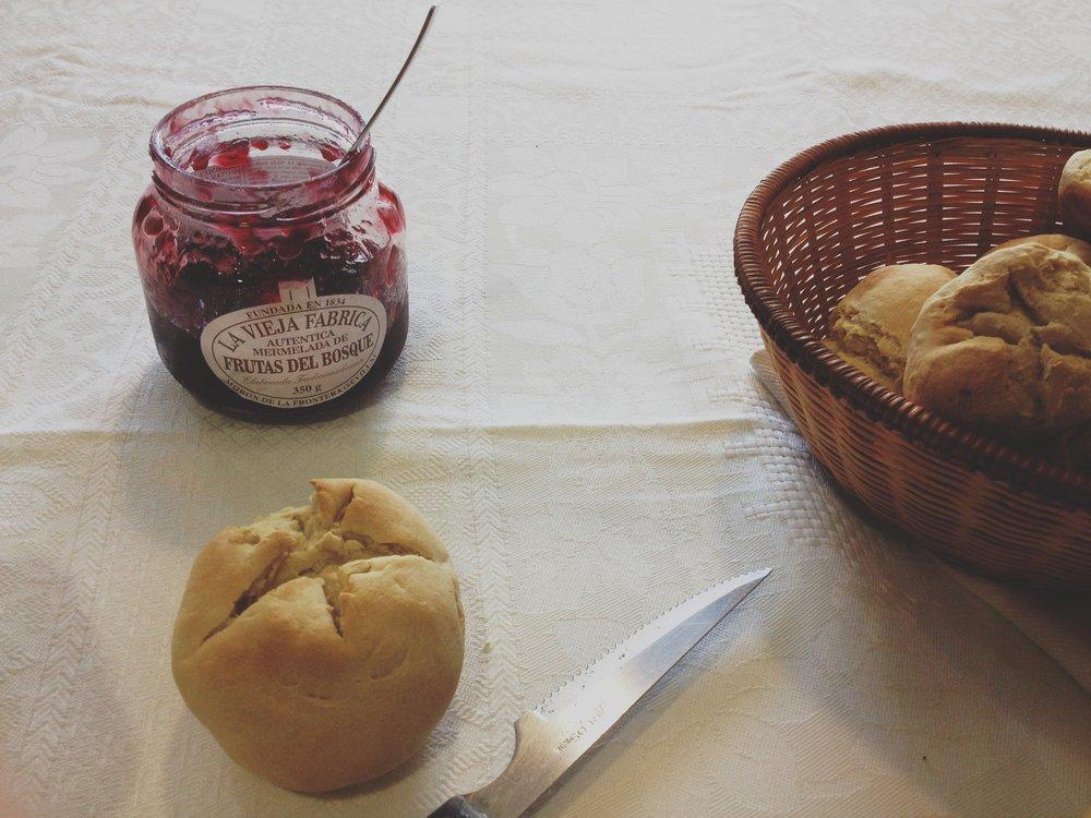 mermelada de frambuesa y pan sueco
