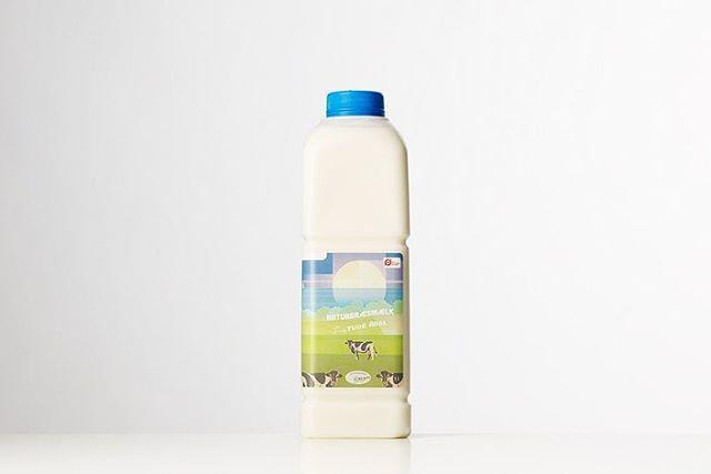 Har du hørt om Naturgræsmælk fra Tude Ådal? Denne skønne økologiske mælk stammer fra køer, som lever af græs og hø fra fredede og bærerdygtige engarealer i Tude Ådal nær Vikingeborgen Trelleborg. Engene har været uberørt i århundreder og har en enestående flora, som ikke er sprøjtet. Fredningen af ådalen begyndte i 1873 og i dag er engene fulde af gamle græsser, vilde blomster og urter. · Køerne som producerer naturgræsmælken bor få hundrede meter fra gårdmejeriet. Køerne spiser hverken majs, soya eller ensilage. Om sommeren gumler malkekøerne græs, vilde blomster og urter fra enge i Tude Ådal og om vinteren spiser de hø fra selv samme engarealer. · De store mængder græs, som køerne spiser, giver naturgræsmælken en optimeret balance mellem omega-3 og omega-6 fedtsyrer. · Køer, der kommer på græs får langt mere motion og bedre mulighed for at udføre deres naturlige adfærd. Så ved at give køerne det de er skabt til, får vi gladere og sundere dyr. Desuden kommer mælken til at smage af de urter og vilde blomster, som dyrene spiser på engarealerne i Tude Ådal. Du vil derfor også opleve, at smagen skifter henover sæsonen i takt med årstiderne. · Udover fokus på bæredygtighed og kort transporttid fra ko til mejeri, så sætter producenten dyrevelfærd og glade køer i højsædet. Fokusset på dyrevelfærd har indtil videre resulteret i nærmest historisk lave celletal. Køers celletal er en indikator for koens sundhed og for mælkens kvalitet. · Mælken kommer fra kun én mælkeproducent. Tøvestensgaarden. Gården ejes af Michael Andersen, som driver den sammen med resten af landmandsfamilien på tre generationer i alderen fra 5-62 år. Når mælkevognen er fyldt, triller den ud på en kort tur – der er nemlig få hundrede meter mellem kostalden og mejeriet. · Kom forbi butikken! Vi har både mælk med naturligt fedtindhold, skummetmælk, yoghurt og fløde fra Tude Ådal. #tudeådal #naturgræsmælk #ostenvedkultorvet
