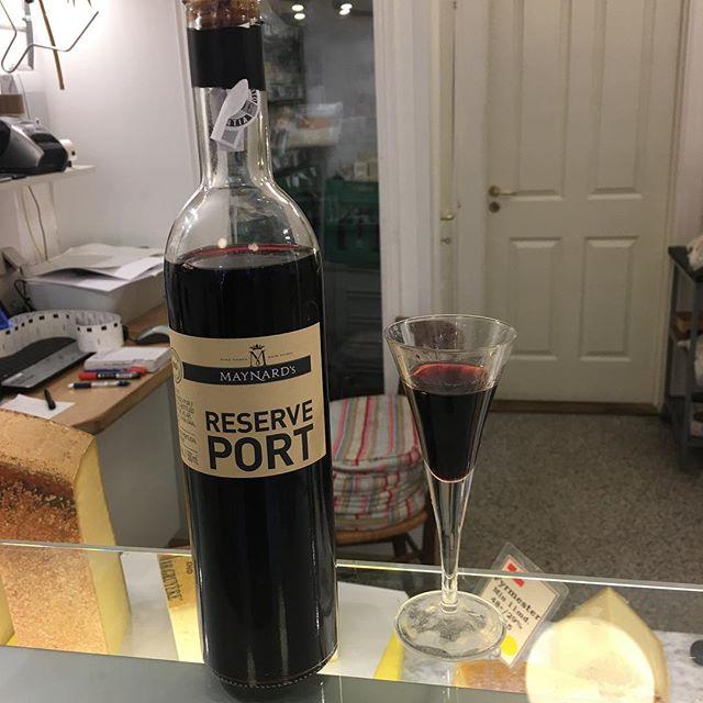 🇩🇰🇩🇰🇩🇰🇩🇰🇩🇰🇩🇰🇩🇰🇩🇰🇩🇰🇩🇰. 10 år er vi i dag - kom og få et glas portvin i dag og i morgen . #organiccheese  #danmarksførsteokologiskeostebutik