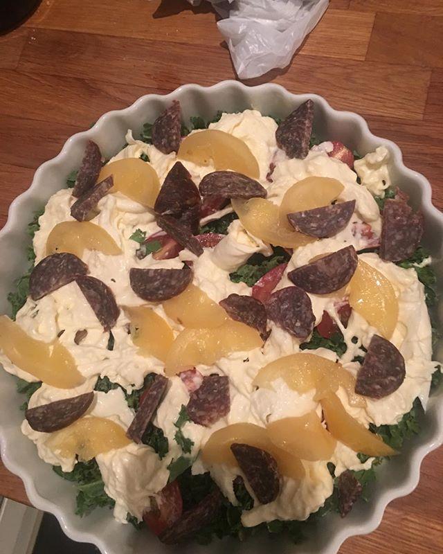 Min mad i aften ✅ grønkål tomat burrata med fermenteret citron og trøffel salami .