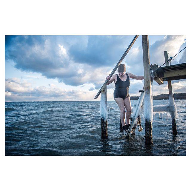 Jeg var ude at bade med nogle damer. De var nice.  #photojournalism #vinterbadning #cold #swimming #ocean